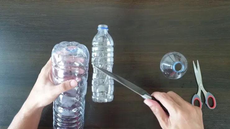 Buat Dua Lubang pada Botol